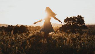 Dame danser i mark med sol i bagrunden
