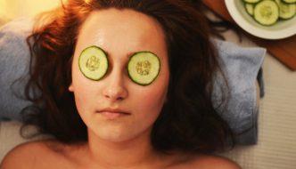 Dame har spaophold med agurker på øjnene