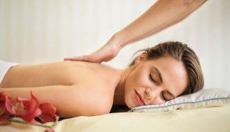 Kvinde får massage på spaophold