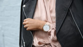 Kvinde i læderjakke har et ur på