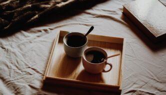 To kopper kaffe på sengen